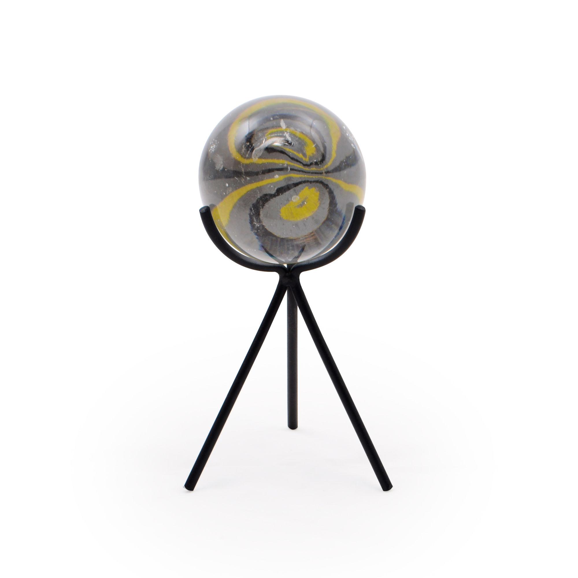 Escultura de ferro com esfera